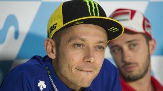 Valentino Rossi ha descartado que la posible pelea por el mundial sea el motivo de su precipitada vuelta a la competición tras romperse la tibia y el peroné derechos entrenando. (Getty)