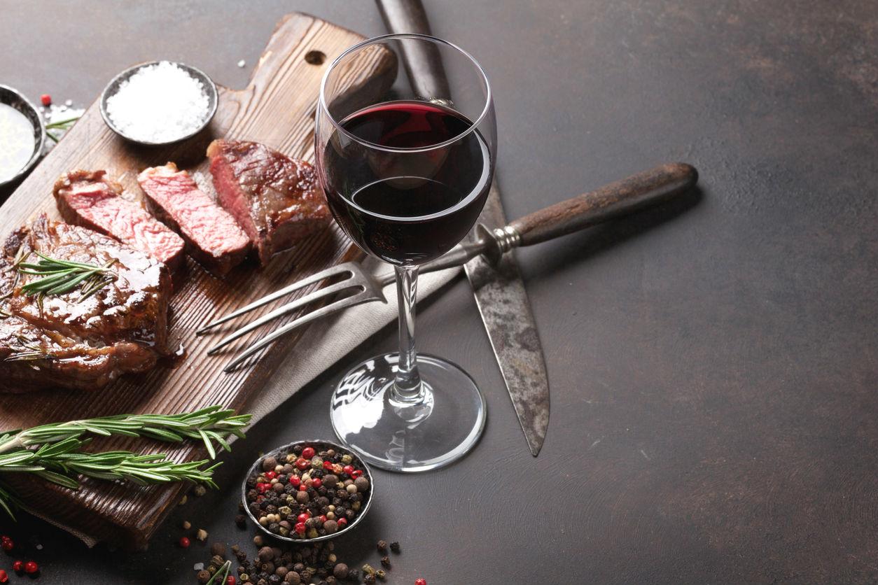 Vino tinto con carne (Istock)