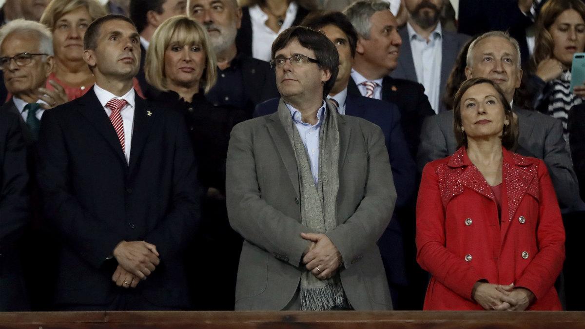 Puigdemont y Forcadell, en el palco de Montilivi en el Girona-Barça. (EFE)