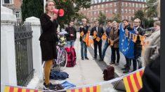 Una veintena de jóvenes en Dinamarca expresando su apoyo al referéndum ilegal en Cataluña.