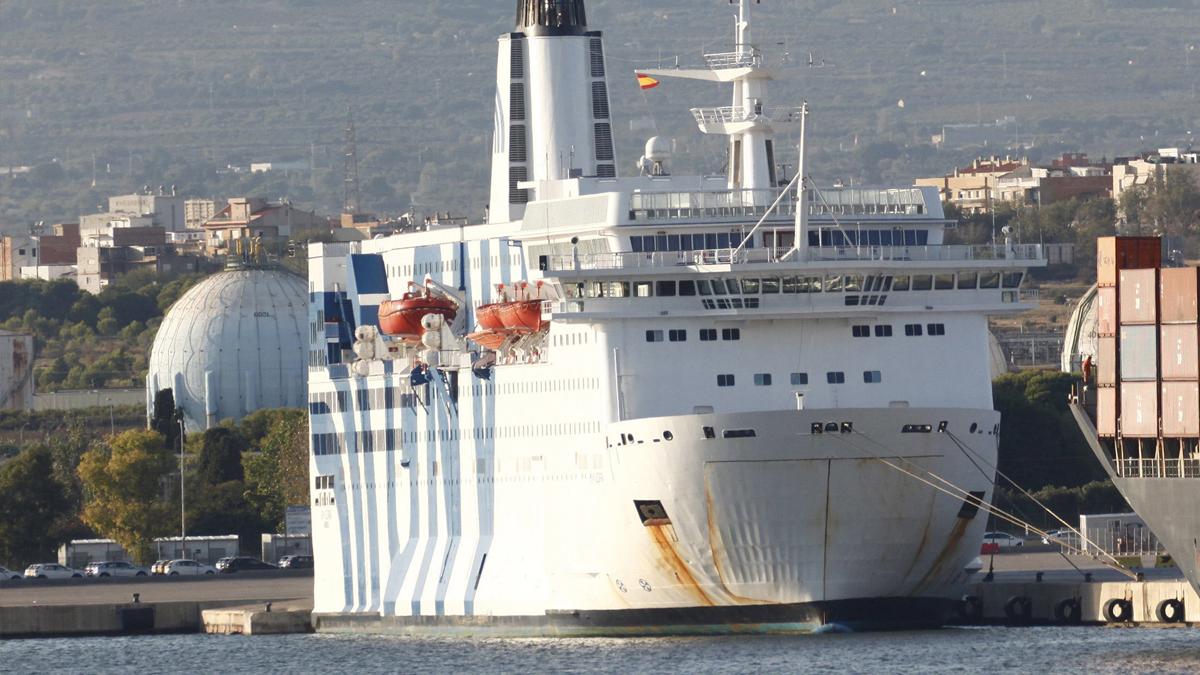 Embarcación atracada en el puerto de Tarragona para hospedar a agentes. (Foto: EFE)
