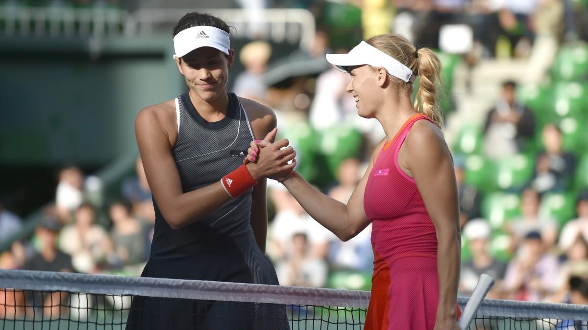 Muguruza y Wozniacki se saludan al término del partido. (AFP)