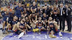 Valencia Basket posa con el título de campeón de la Supercopa. (acb.com)