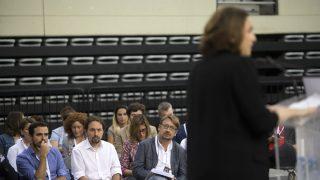 Garzon, Iglesias y Domènech escuchan a Colau en la asamblea pro 1-O de Podemos en Zaragoza. (EFE)