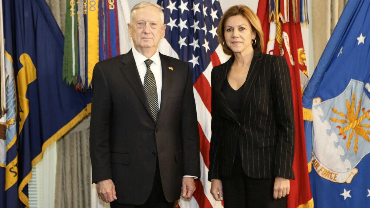 El secretario de Defensa de EEUU, James Mattis, junto a su homóloga española, María Dolores de Cospedal.