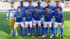 """Los jugadores del Lleida posan con la camiseta azul """"por imperativo""""."""