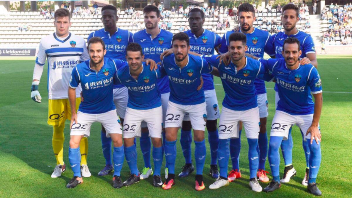 Los jugadores del Lleida posan con la camiseta azul «por imperativo».