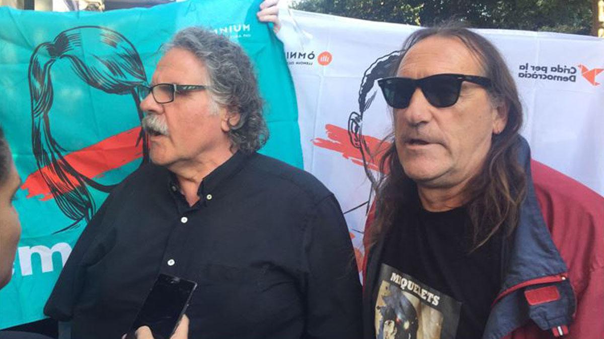 Joan Tardá junto al terrorista de Terra Lliure Fredi Bentanachs acosando a la Guardia Civil ante la consejería de Economía. (Foto: e-notícies)
