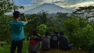 Varios jóvenes observan la s cenizas del volcán Agung, en Bali (Indonesia).