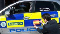 El alcalde de Alcorcón, David Pérez, pegando una Bandera en un coche de Policía Municipal (TW)