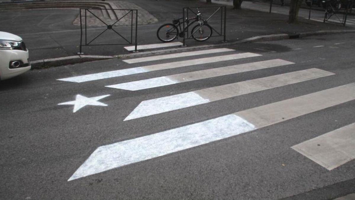 Pintan varios pasos de cebra con la bandera separatista en Cataluña