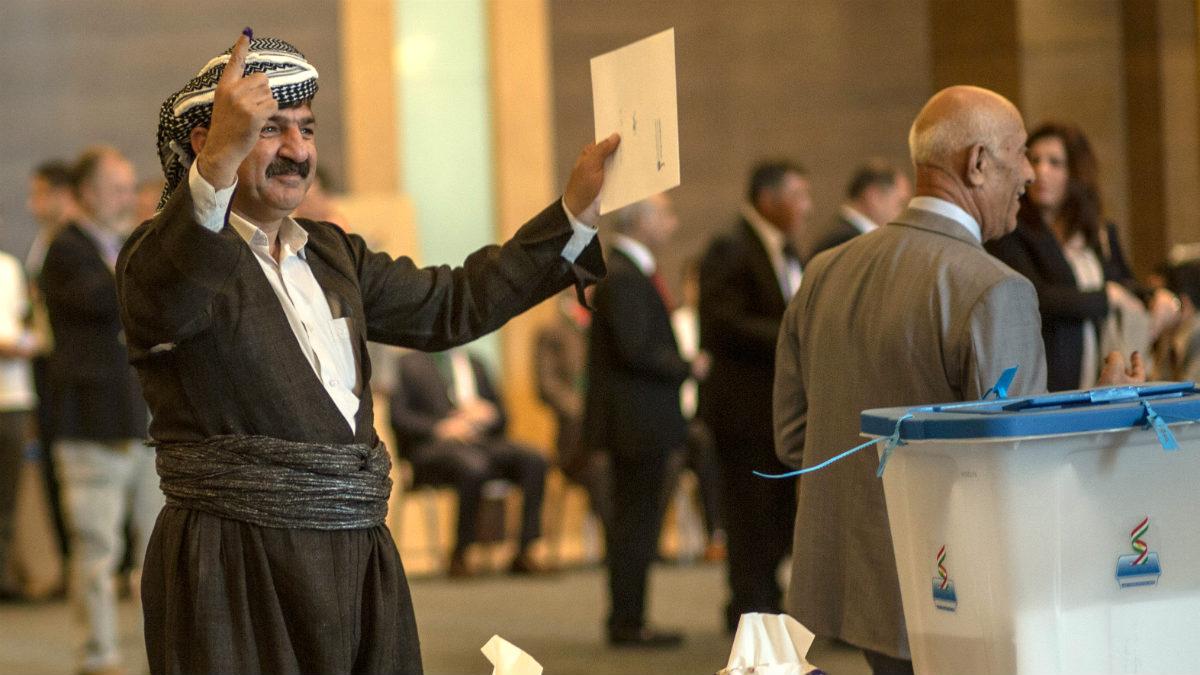Un votante de Erbil muestra feliz su dedo entintado en el referéndum de independencia del Kurdistán iraquí. (AFP)