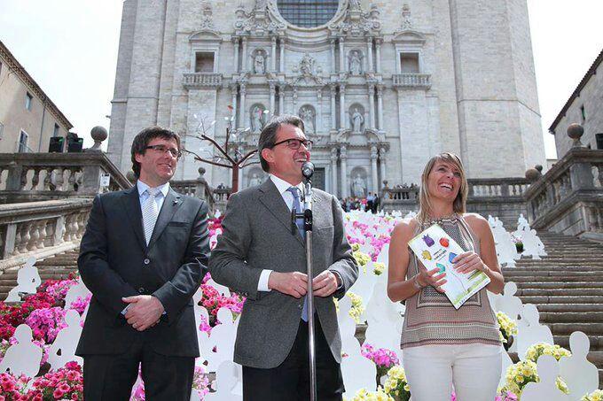 Coralí Cunyat y el entonces alcalde de Gerona, Carles Puigdemont, con Artur Mas.