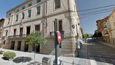 La fachada del Ayumtamiento de Les Borges Blanques, con una estelada independentista atada al balcón.