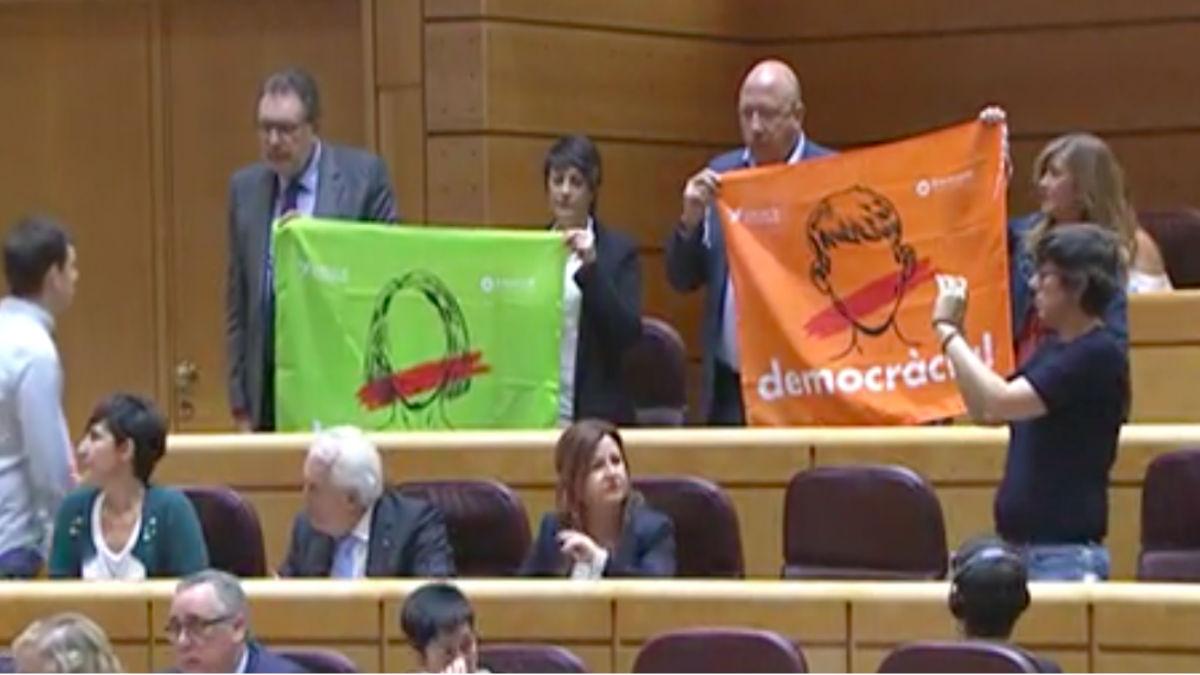 ERC Y PDeCAT exhiben banderas pro referéndum en el Senado. (Foto: OKD)