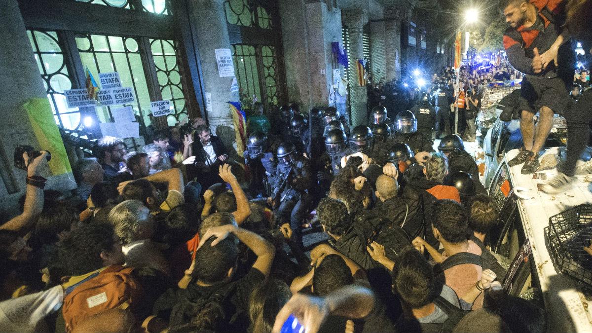 Mossos d'Esquadra ante la sede de la consellería de Economía de la Generalitat  durante el registro ordenado por el juez Ramírez Sunyer con motivo del 1-O. (Foto: Efe)