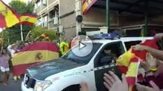 Decenas de ciudadanos despiden en Toledo a la Guardia Civil que sale camino de Cataluña.
