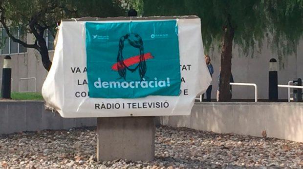 TV3 ya ni esconde su parcialidad y cuelga pancartas en favor del referéndum ilegal