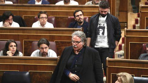 Los diputados de ERC pasan ante los de Podemos. (Foto: EFE)