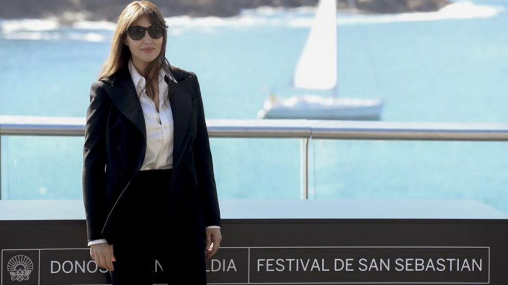 La actriz Monica Bellucci posa a su llegada al FEstival de San Sebastián para recoger el Premio Donostia a su trayectoria. Foto: EFE