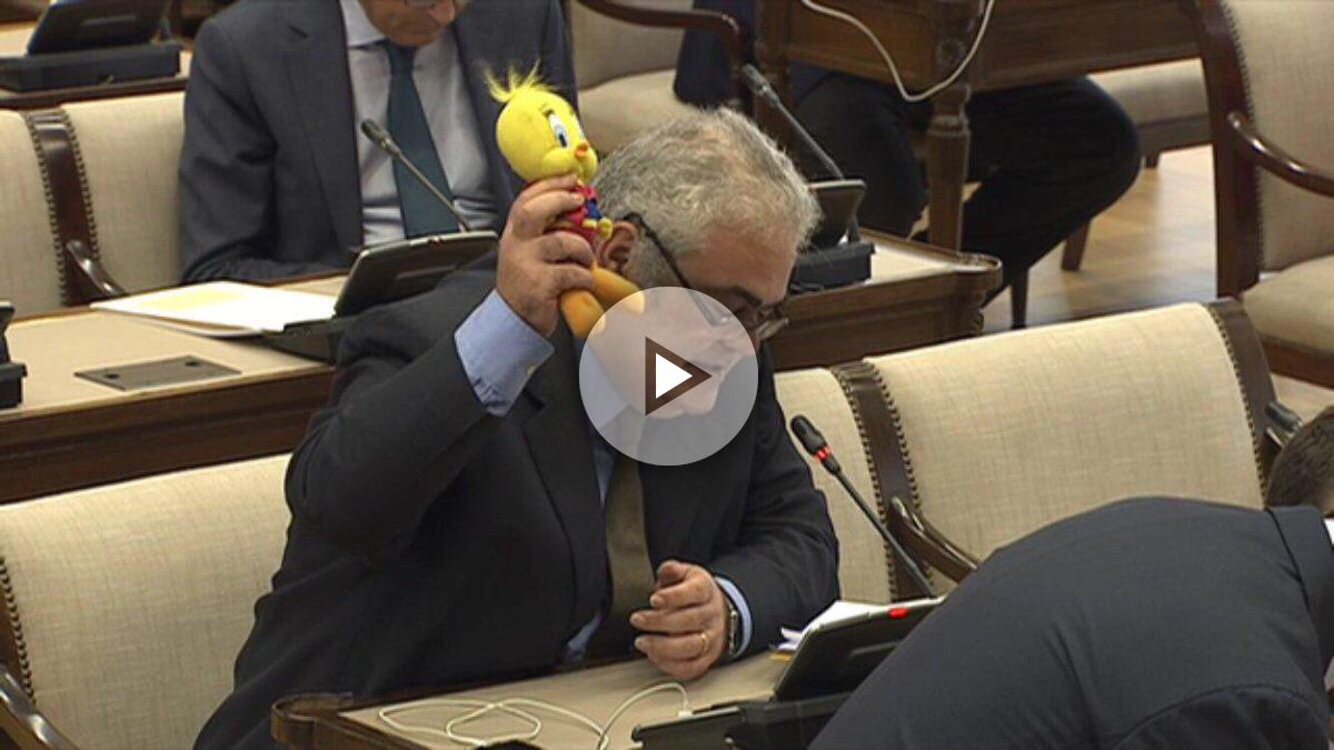 Feliu Guillaumes, diputado del PDeCAT, en la comisión de Ingterior del Congreso, con un Piolín en la mano.