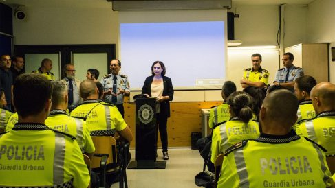 La alcaldesa de Barcelona, Ada Colau, junto miembros de la Guardia Urbana.