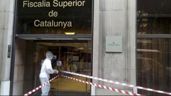 Un miembro de Arran precintando la Fiscalía de Cataluña.