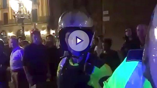 Unos independentistas se indignan porque dos guardias urbanos de Barcelona les hablan en castellano