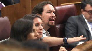 El líder de Podemos, Pablo Iglesias, en su escaño durante una sesión de control en el Congreso (Foto: Efe)