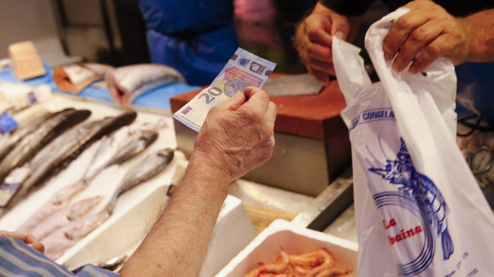 Cliente de una pescadería (Foto: EFE)