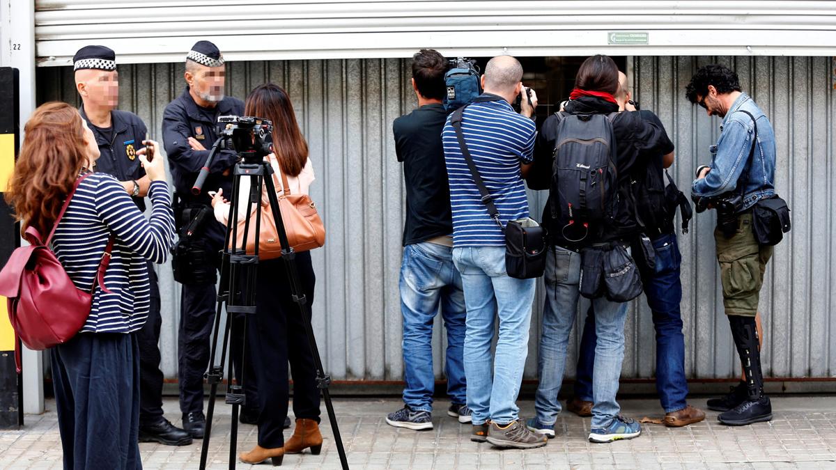 Medios cubriendo el día a día en Cataluña. (Foto: EFE)