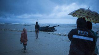 Los rohingya huyen a Bangladesh desde Birmania en botes.