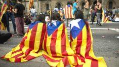 Varios centenares de estudiantes cortando las calles de la Gran Vía de Barcelona en la plaza de la Universidad (Foto: Efe)