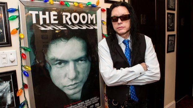 Tommy Wiseu con un cartel de su película 'The Room'.