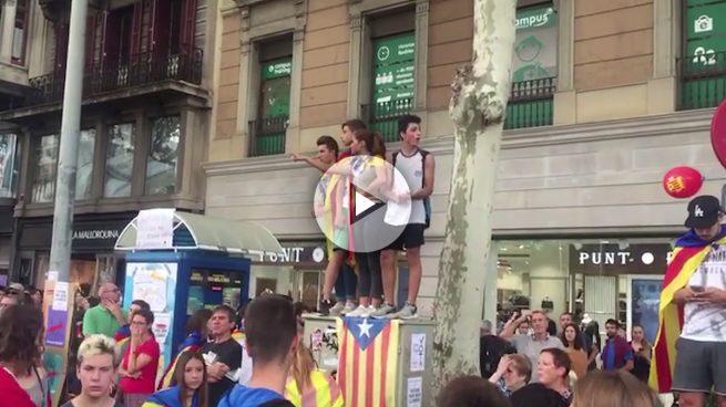 Universitarios y adolescentes de Barcelona convierten en un botellón su defensa callejera del 1-O