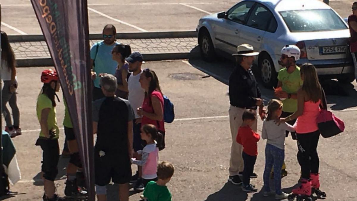 Concejal de C's repartiendo propaganda el 'Día del patín' en Boadilla del Monte.