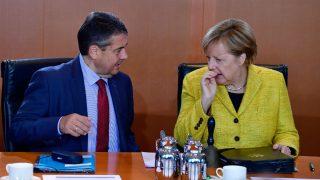 Gabriel Sigmar, ministro de Exteriores alemán, junto a la canciller Angela Merkel. (Foto: AFP)