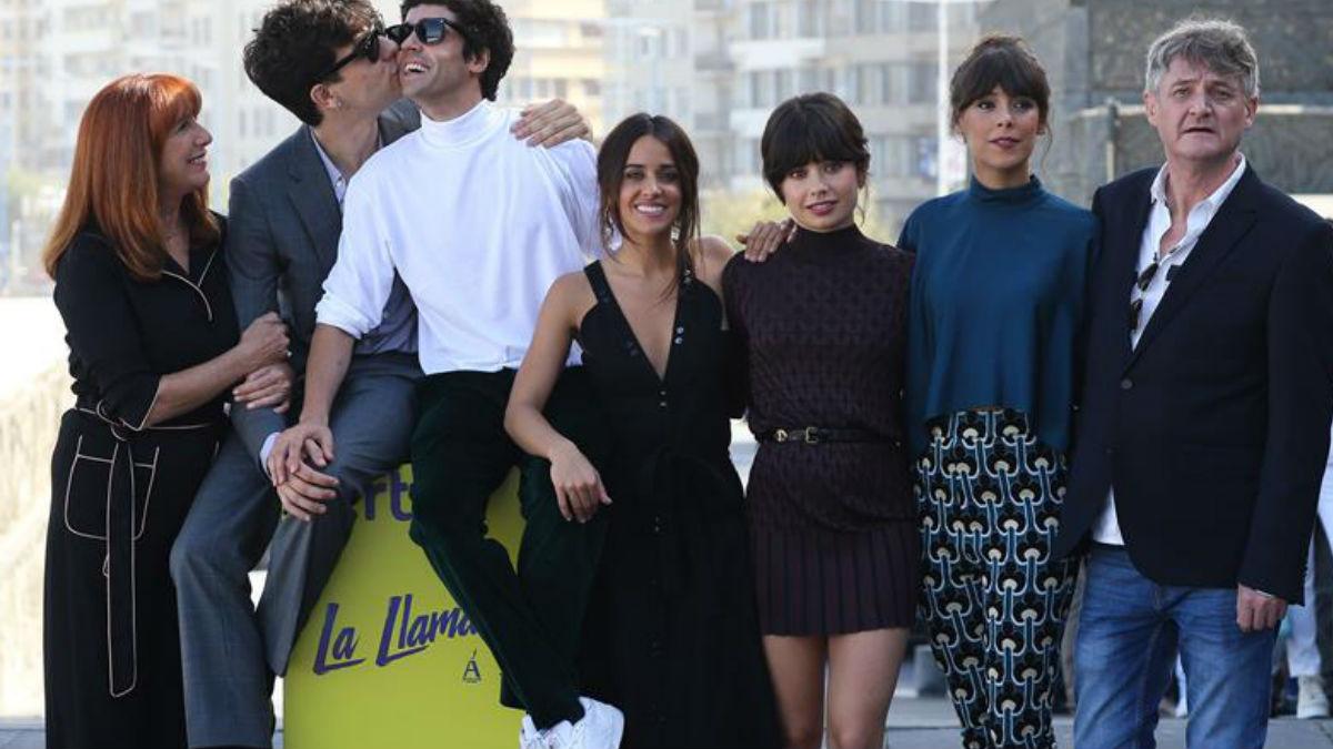 Gracia Olayo, Javier Calvo, Javier Ambrossi, Macarena García, Anna Castillo, Belén Cuesta y Richard Collins-Moore son la familia de 'La Llamada'. Foto: EFE
