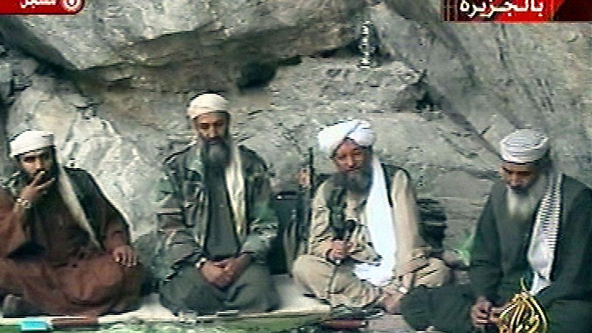 Suleiman Abu Ghaith (a la izquierda) junto a Osama bin Laden.