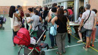 Varios padres se concentran ante un colegio, en Cataluña.
