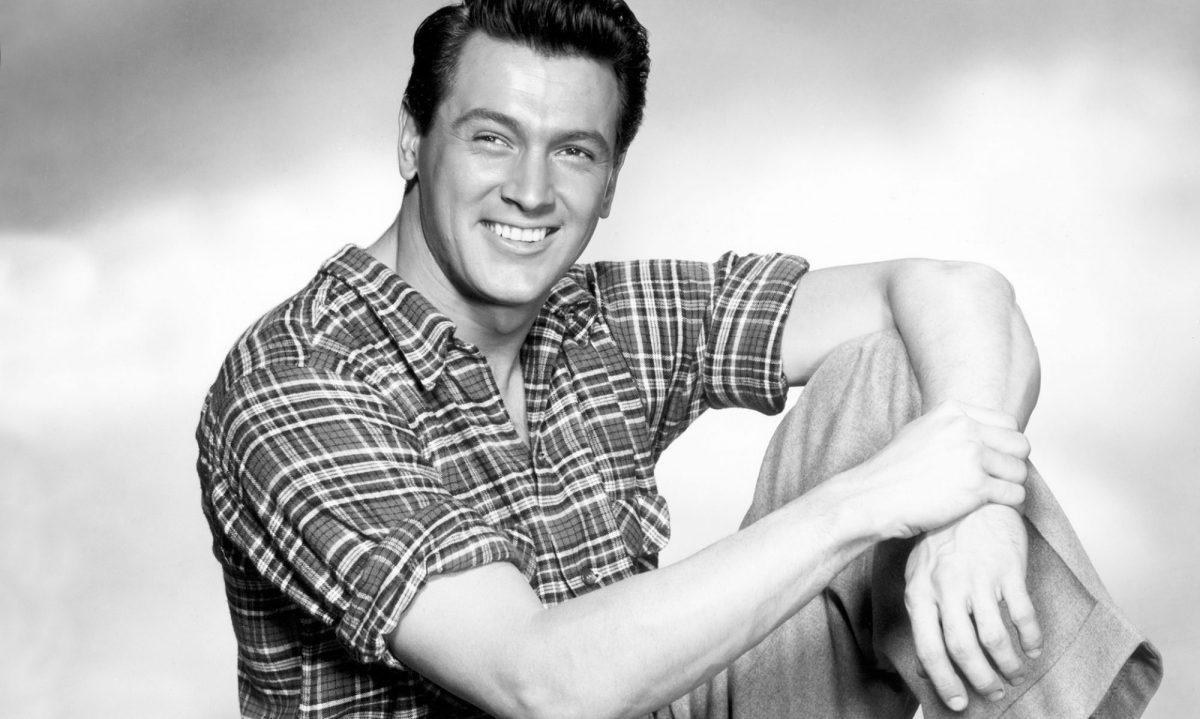 Rock Hudson alcanzó la fama gracias a sus papeles de galán en el cine clásico moderno.