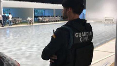 Un agente de la Guardia Civil en el Centro de Comunicaciones de la Generalitat.