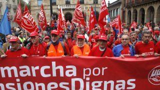 """Pensionistas pertenecientes a los sindicatos UGT y CCOO de Asturias han iniciado hoy en Gijón una de las marchas a pie hasta Madrid en defensa de """"unas pensiones dignas"""".(FOTO: EFE)"""