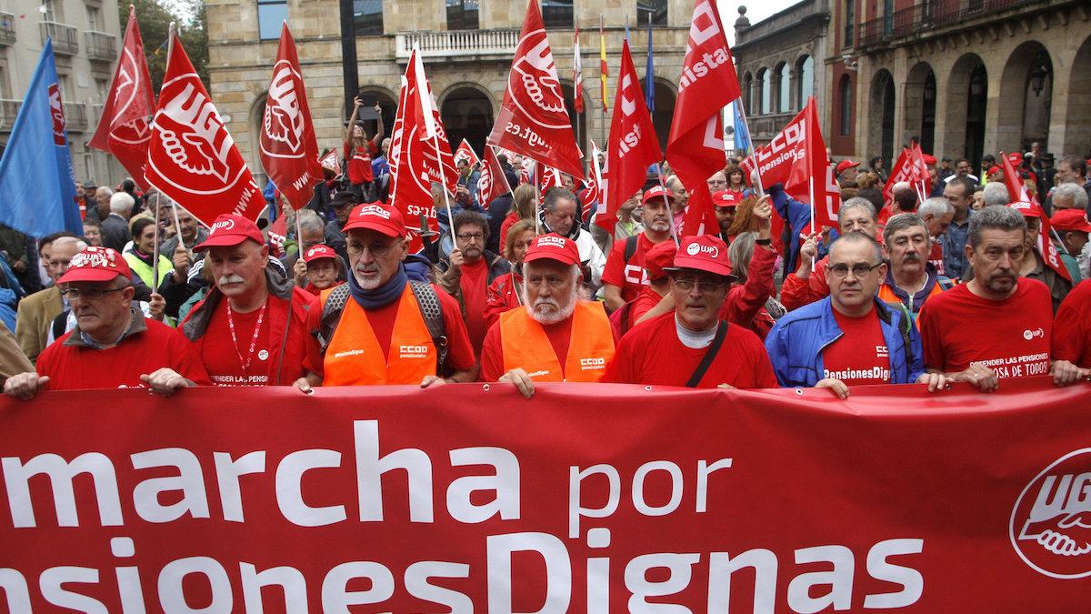 Pensionistas pertenecientes a los sindicatos UGT y CCOO de Asturias han iniciado hoy en Gijón una de las marchas a pie hasta Madrid en defensa de «unas pensiones dignas». (FOTO: EFE) | Presupuestos 2018
