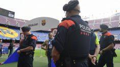 Efectivos policiales a pie de césped en el Camp Nou. (AFP)