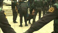 La Policía desaloja en el referéndum ilegal del 1-O