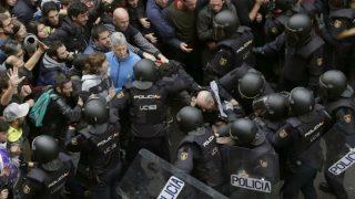 Policías en la jornada del referéndum ilegal en Cataluña. (Foto: EFE)