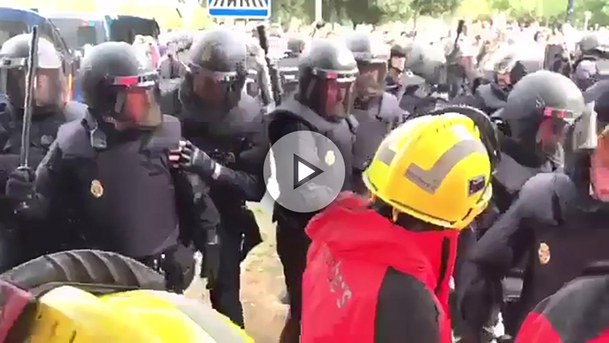 Bomberos independentistas se enfrentan a la Policía Nacional.
