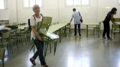 La consellera de Educación, Clara Ponsatí, en un colegio ocupado de Barcelona el día previo al 1-O.