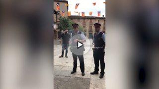 Dos mossos dirigiéndose a los ciudadanos para permitir el referéndum ilegal. (Foto: OKD)